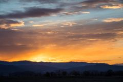Alba naturale di tramonto sopra il campo o il prato Cielo drammatico luminoso immagini stock libere da diritti