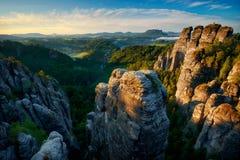 Alba nebbiosa a Bastei, Saxon Svizzera, Germania Immagini Stock Libere da Diritti
