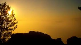 Alba nebbiosa della sorgente di acqua calda in un bello parco roccioso Picchi dell'arenaria aumentati da nebbia video d archivio