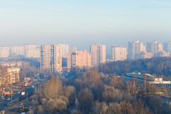 Alba nebbiosa di autunno freddo sopra la via Fotografia Stock Libera da Diritti