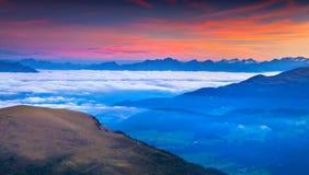 Alba nebbiosa di estate nelle alpi italiane Montagne delle dolomia, I Immagine Stock