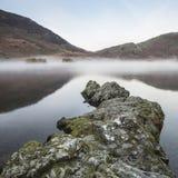 Alba nebbiosa di inverno sbalorditivo sull'acqua di Crummock nel distretto del lago Fotografia Stock Libera da Diritti