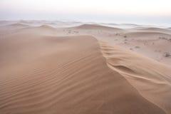 Alba nebbiosa di mattina di inverno nel deserto La Doubai, UAE Immagine Stock Libera da Diritti