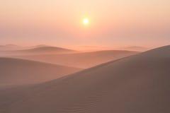 Alba nebbiosa di mattina di inverno nel deserto La Doubai, UAE Fotografia Stock Libera da Diritti
