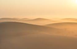 Alba nebbiosa di mattina di inverno nel deserto La Doubai, UAE Immagine Stock
