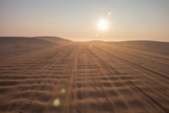 Alba nebbiosa di mattina di inverno nel deserto La Doubai, UAE Immagini Stock