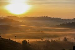 Alba nebbiosa di mattina in montagna al kho Phetchabun, Thailan di Khao fotografie stock