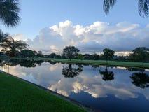 alba nebbiosa di mattina su un'isola tropicale Fotografie Stock Libere da Diritti