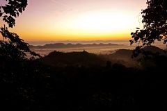 alba nebbiosa di Mrauk U, stato di Rakhine, Myanmar, Birmania fotografia stock