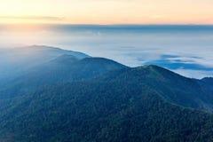 Alba nebbiosa di primo mattino sopra il grai morbido del fuoco della montagna Immagini Stock Libere da Diritti