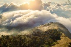 Alba nebbiosa di primo mattino sopra il grai morbido del fuoco della montagna Fotografia Stock
