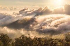 Alba nebbiosa di primo mattino sopra il grai morbido del fuoco della montagna Fotografia Stock Libera da Diritti