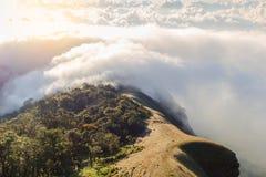 Alba nebbiosa di primo mattino sopra il grai morbido del fuoco della montagna Immagine Stock Libera da Diritti