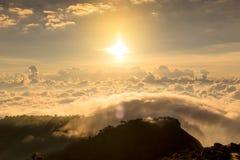 Alba nebbiosa di primo mattino sopra il grai morbido del fuoco della montagna Immagine Stock