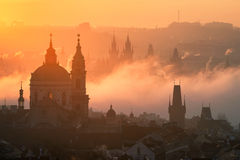 Alba nebbiosa di stupore di Praga, repubblica Ceca Immagini Stock