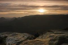 Alba nebbiosa fredda in una valle di caduta della Sassonia Fotografia Stock