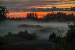 Alba nebbiosa in Lettonia fotografie stock libere da diritti