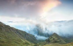 Alba nebbiosa in montagne Immagini Stock Libere da Diritti