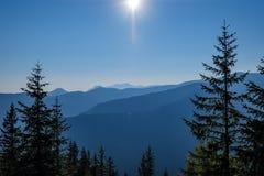 alba nebbiosa in montagne slovacche di Tatra con i vicoli leggeri nella f fotografie stock