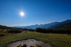 alba nebbiosa in montagne slovacche di Tatra con i vicoli leggeri nella f immagine stock