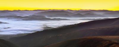 Alba nebbiosa nelle montagne Immagine Stock