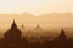 Alba nebbiosa sopra le tempie in Bagan, Myanmar fotografia stock libera da diritti