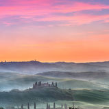 Alba nebbiosa in Toscana Immagini Stock