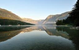 Alba nel lago Bohinj alle alpi di Julian Fotografia Stock