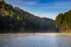 Alba nel lago fitta-ung, abetaia, Mae Hong Son, a nord della Tailandia fotografia stock