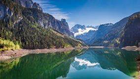 Alba nel lago Gosausee in alpi, Austria Fotografia Stock