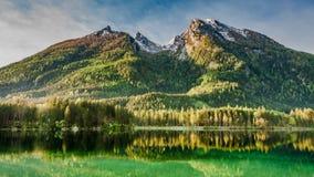 Alba nel lago Hintersee in alpi Immagine Stock