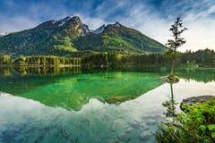 Alba nel lago Hintersee nelle alpi di primavera, Germania Fotografie Stock Libere da Diritti