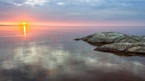 Alba nel lago ladoga in Carelia, Russia Fotografia Stock