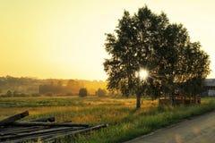 Alba nel villaggio russo Visim, situato in urali Regione di Sverdlovsk, Russia fotografia stock libera da diritti
