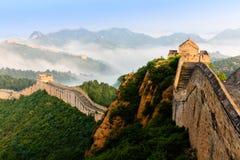 Alba nell'ambito della maestà della Grande Muraglia immagini stock