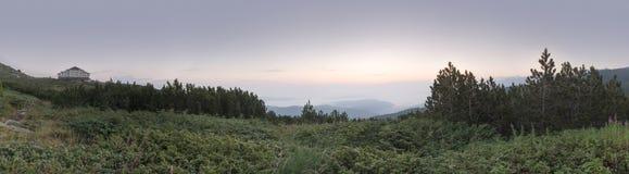 Alba nella montagna e nella capanna immagine panoramica Immagini Stock Libere da Diritti