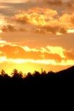 Alba nella montagna (verticale) immagini stock libere da diritti