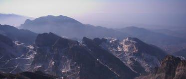 Alba nelle alpi di Apuan, Carrara, Italia Fotografia Stock
