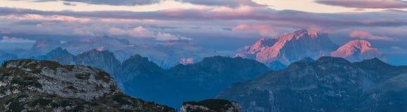 Alba nelle alpi, dolomia, Italia Immagine Stock