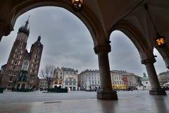 Alba nuvolosa della basilica del ` s di St Mary Quadrato del mercato cracovia poland Fotografie Stock Libere da Diritti