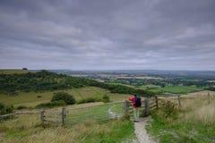 Alba nuvolosa nuvolosa di estate sopra il sentiero per pedoni del sud di modo dei bassi da un camminatore maschio invecchiato mez immagine stock