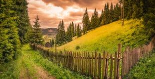 Alba nuvolosa sopra le colline e la foresta fotografie stock