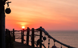 Alba o tramonto alla spiaggia tropicale, al mare ai precedenti ed al posto del partito alla priorità alta Siluetta del Fotografia Stock