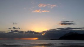 Alba a partire dalla mattina nuvolosa del mare di Cantabria archivi video