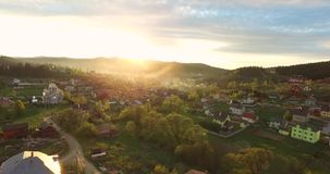Alba in piccolo villaggio nelle colline della valle stock footage
