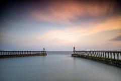Alba, pilastri di Whitby Harbour, Yorkshire Regno Unito immagine stock libera da diritti