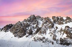 Alba rosa in montagne nevose Fotografia Stock