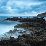 Alba sbalorditiva di alba del paesaggio con la linea costiera rocciosa ed ex lungo Immagini Stock Libere da Diritti
