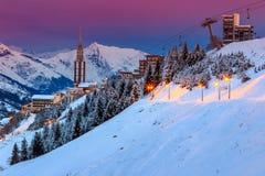 Alba sbalorditiva e stazione sciistica nelle alpi francesi, Europa Fotografie Stock Libere da Diritti