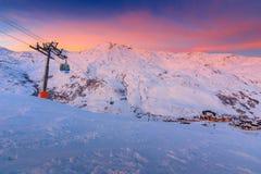 Alba sbalorditiva e stazione sciistica nelle alpi francesi, Europa Fotografie Stock